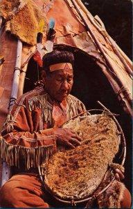 postkarte-mi-kmaq-indianer-mit-biberpelz-und-spannrahmen
